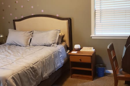 Cozy Private Room in North Overland Park