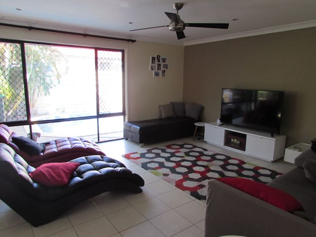 Private Room in awesome shared house - Taigum - Rumah
