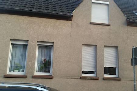 Zweifamilienhaus in ruhiger lage - House