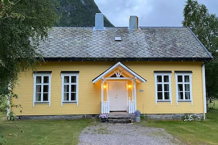 Tresfjord, Skuleheim - schoolhouse from 1902