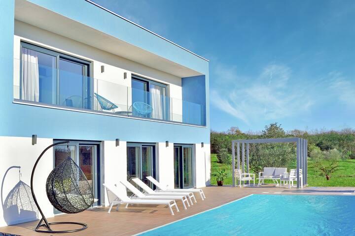 Detached, modern villa with swimming pool near Slovenian border, beach at 2 km