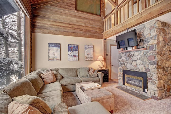 Beautiful Dog Friendly Ski Chalet. 1 Minute to SuperBee Lift! AN203