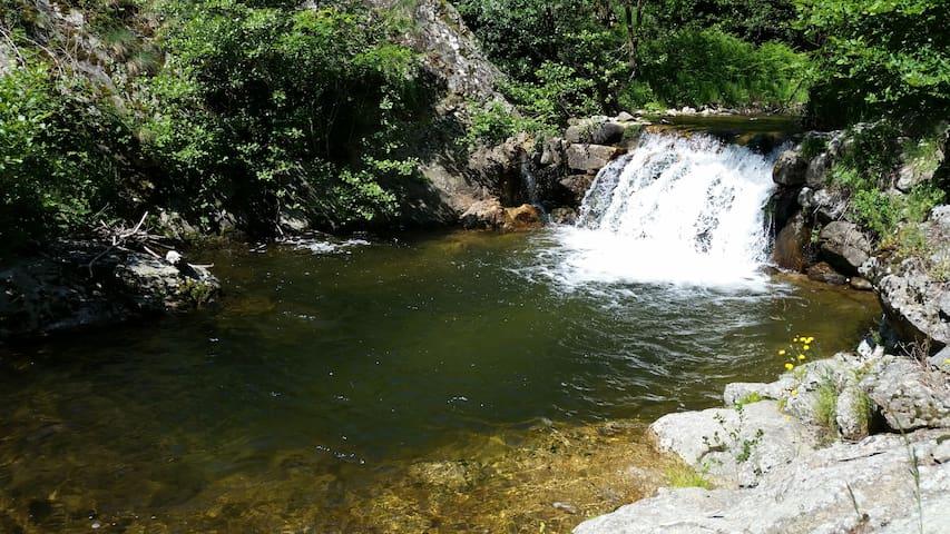 La manaudiere: rivière (bain)/piscine chauffée - Rocher - Casa