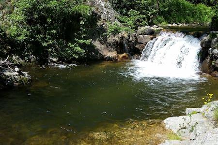 La manaudiere: rivière (bain)/piscine chauffée - Rocher - 独立屋