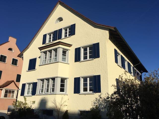 Mitten in den Weinbergen, nahe am Rhein