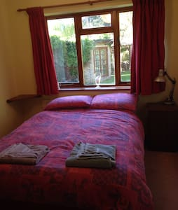 Double bed in historic Highworth - Highworth - House