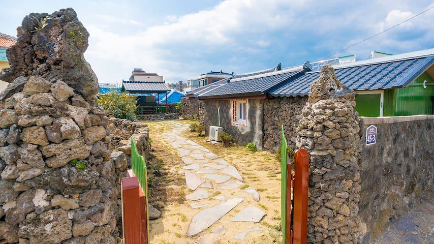 아늑함이 느껴지는 제주 전통가옥 돌집 - Daejeong-eup, Seogwipo - Huis