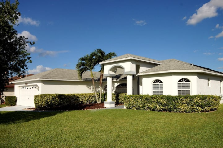 Wischis Florida Vacation Home - Sunny Lagoon in Cape Coral