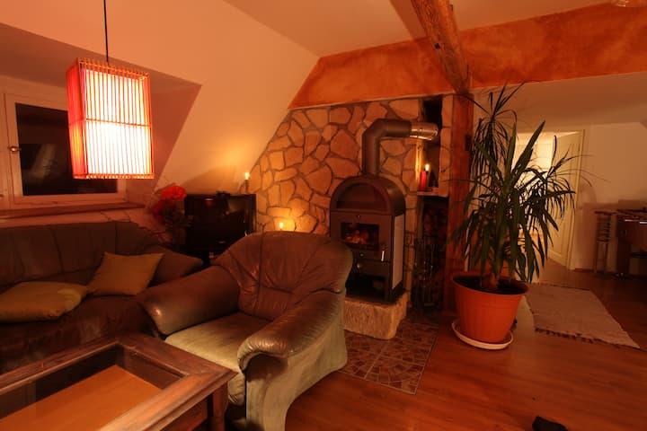 idyllisches Gästezimmer mit Kamin