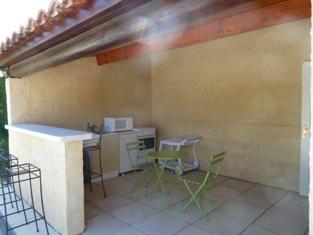 chambre et cuisine d été - Saint-Laurent-des-Arbres - Bed & Breakfast