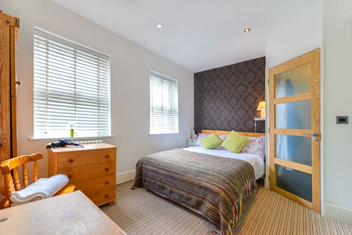 Large double room, ensuit bathroom - Sandhurst  - Casa