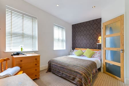 Large double room, ensuit bathroom - Sandhurst  - Hus