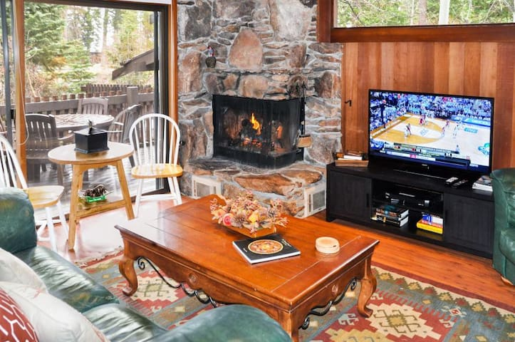 Tahoe Tavern condo-sleeps 8 w/private beach/pool