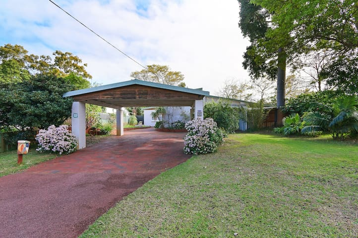 Spacious 5 Bed Home 5min drive to Cottesloe Beach