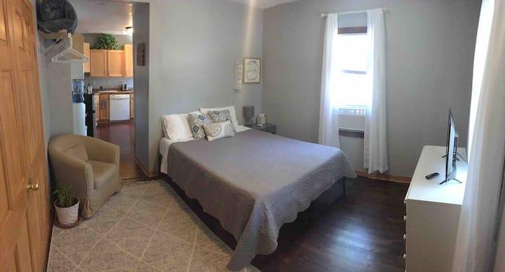Private Studio Apartment in West Allis w/parking!