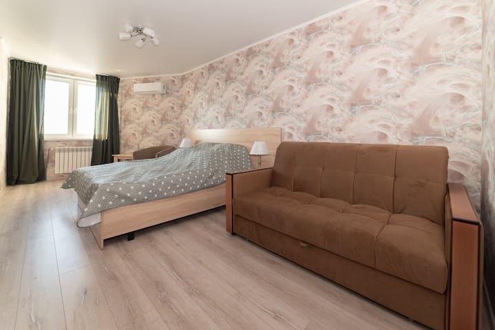 Основная комната. Кровать king-size, 2-х спальный диван диван с ортопедическим основанием.