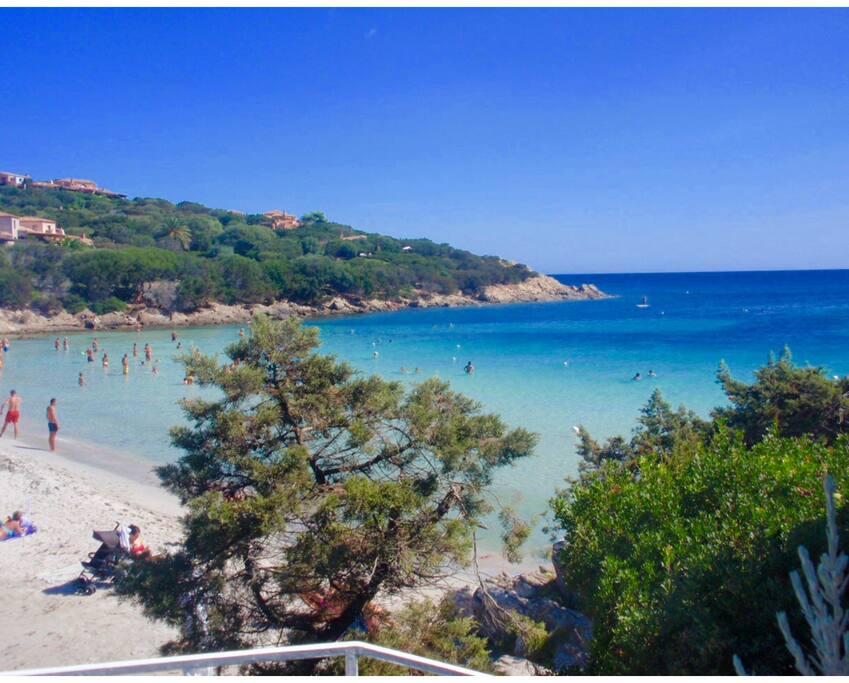 La splendida spiaggia cala Granu raggiungibile a piedi due minuti attraverso il giardino pedonale del residence