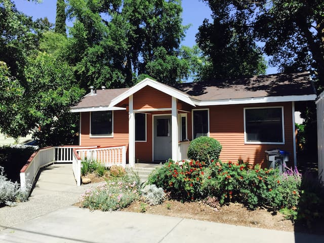 UC Davis Charming Campus Cottage - Davis - Huis