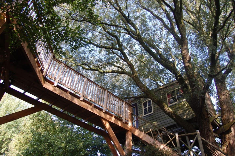 De brug leidt u naar een ruim balkon op het zuiden met uitzicht over het terrein van Het kleine Paradijs.
