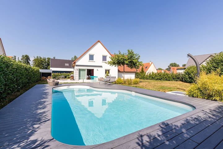 Maison contemporaine et piscine - chambre verte