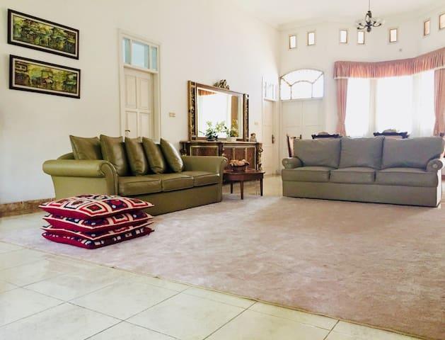 Ruang keluarga terhubung langsung dengan semua 4 kamar tidur tamu
