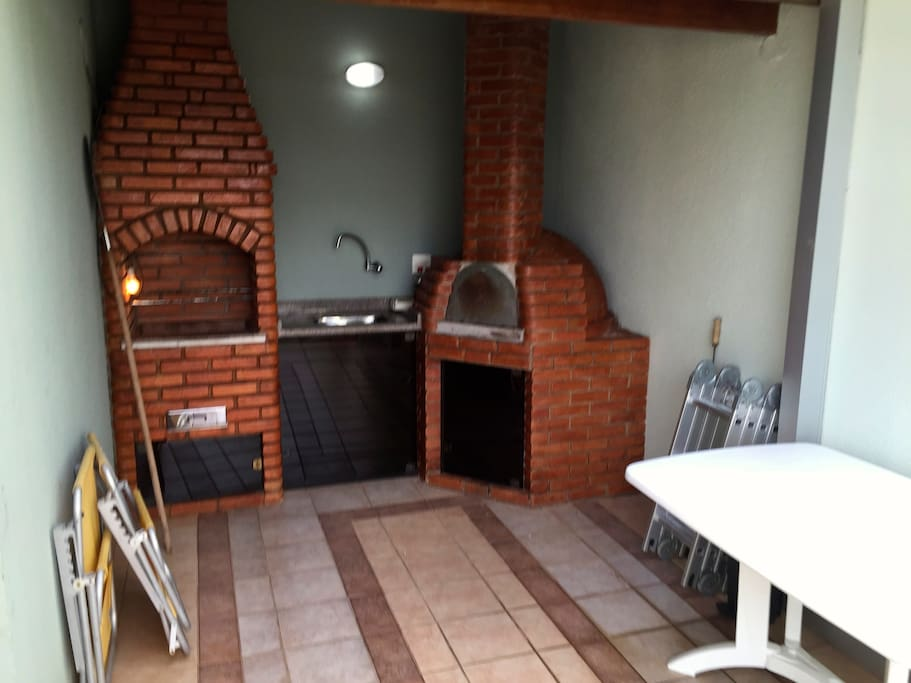 Churrasqueira e forno de pizza.