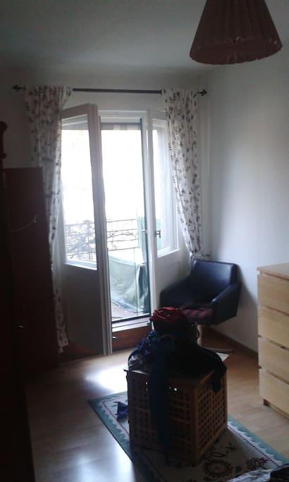 Blick vom Bett auf den Balkon