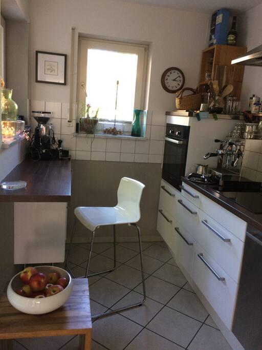 Kleine moderne Küche, Induktion, Espresso-Siebträger, Spühlmaschine ect.,