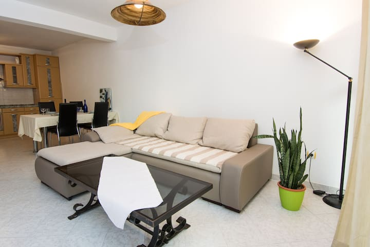 Cozy two bedroom apartment - Okrug Gornji - Departamento