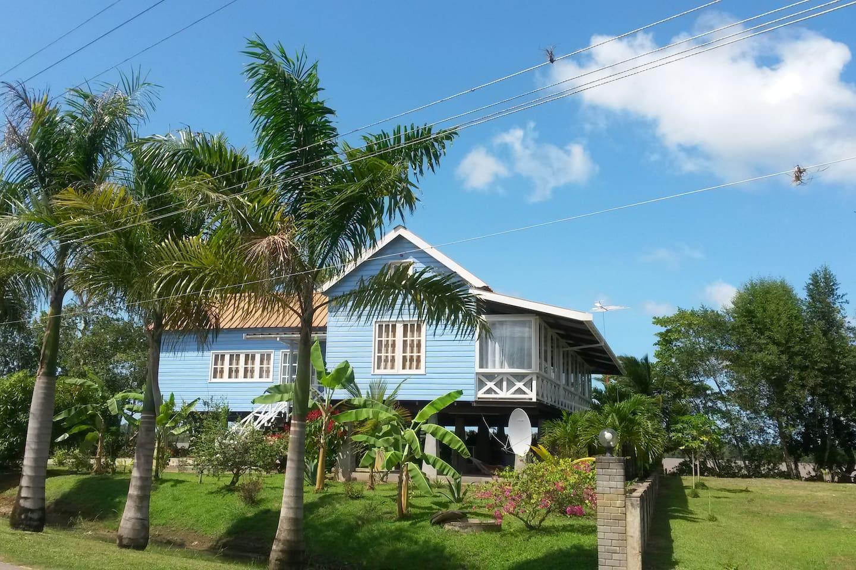 onze villa vanaf de straatkant gezien