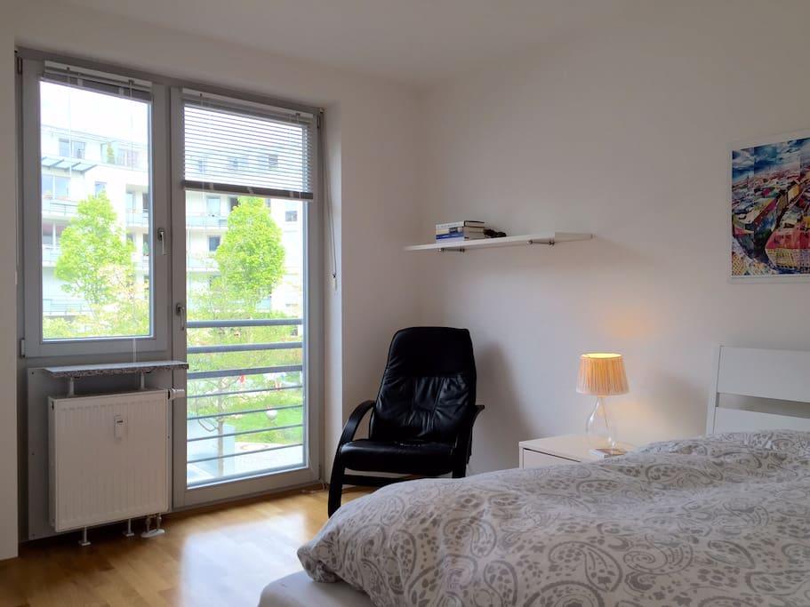 Schlafzimmer mit Blick in den Innenhof