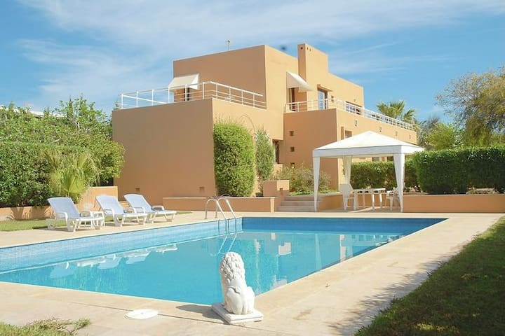 Peaceful Villa in Ibiza Town with Swimming Pool and Jacuzzi