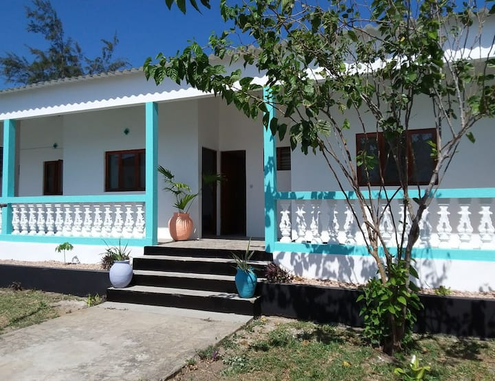 Two bedroom Cottage with air con, central Tofo