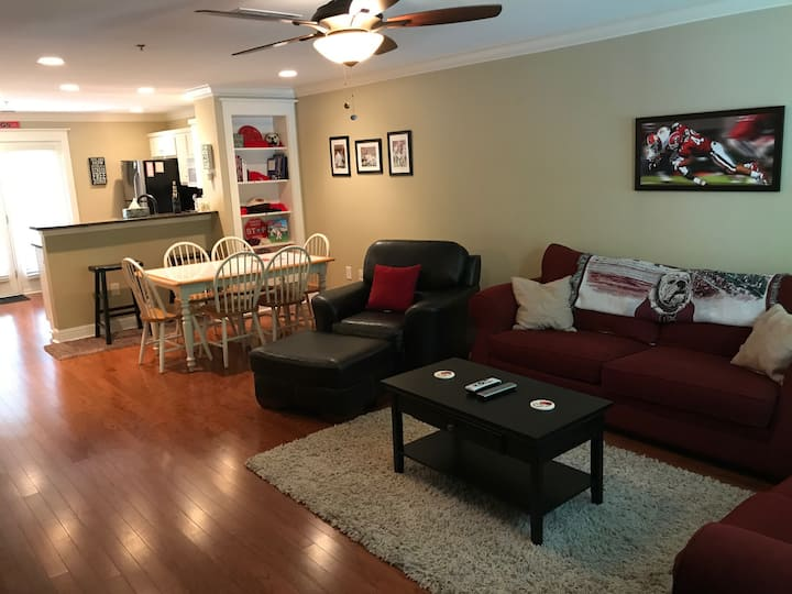 Quiet UGA Themed Condo (2 miles to downtown)