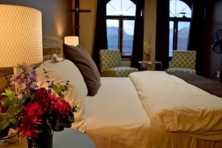 Modern 2BR Downtown Luxury Loft - Cody