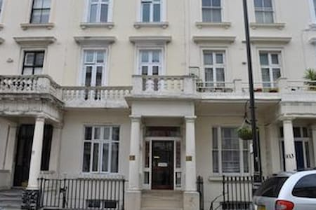 Bed & Breakfast in Victoria,London