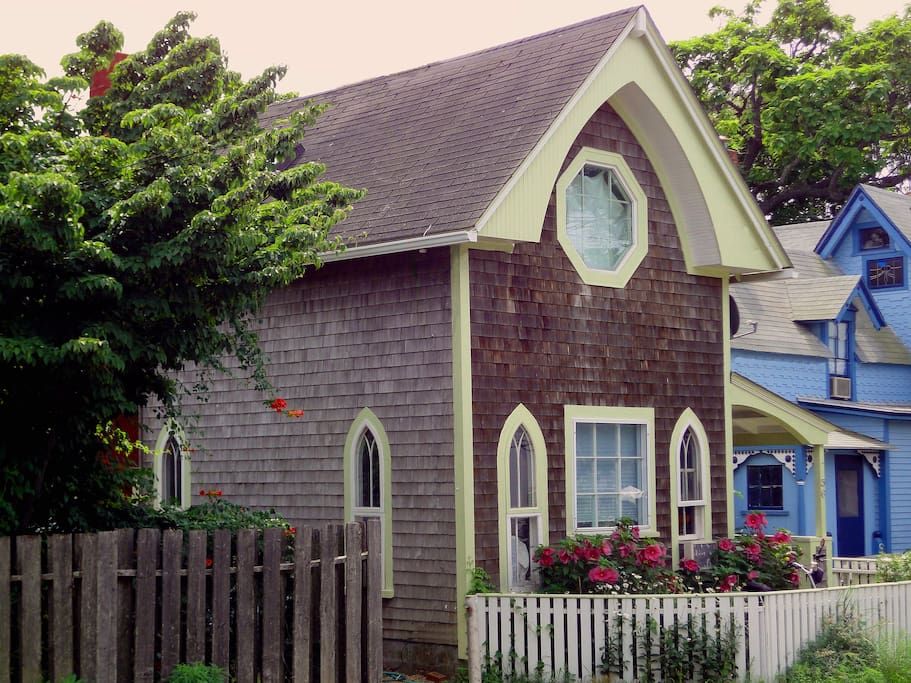 Impeccably renoveted 1800's cottage in the center of everything Oak Bluffs has to offer! Surrounded by best restaurants and entertainment, 2-4 blocks from the beach, harbor, Tabernacle and Park