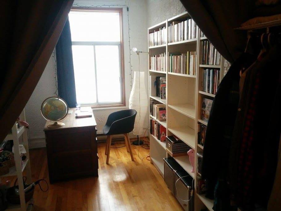 Bibliothèque vue de la chambre. Belle lumière le matin.