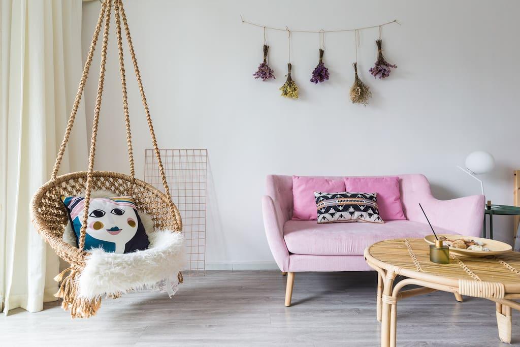柔和的粉色双人沙发坐感舒适,进口手工编织吊椅融化你的少女心,搭配ferm波西米亚抱枕,美丽又得到彻底放松