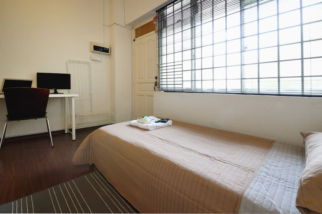 Very spacious and cosy bedroom with ample space for luggage. Large window in the room for ample natural lighting during the day