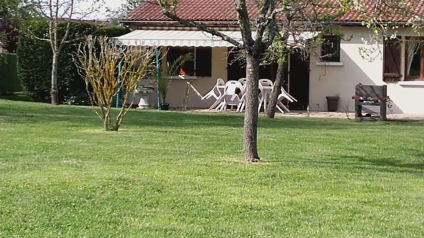Cottage entier à 20' de CLERMONT-FD - LEZOUX - Dům