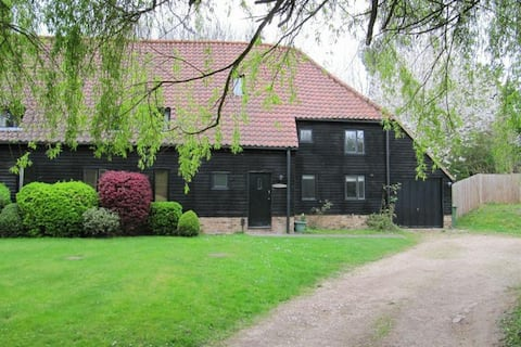 16th Century 4 Bed Barn with Parking near Windsor