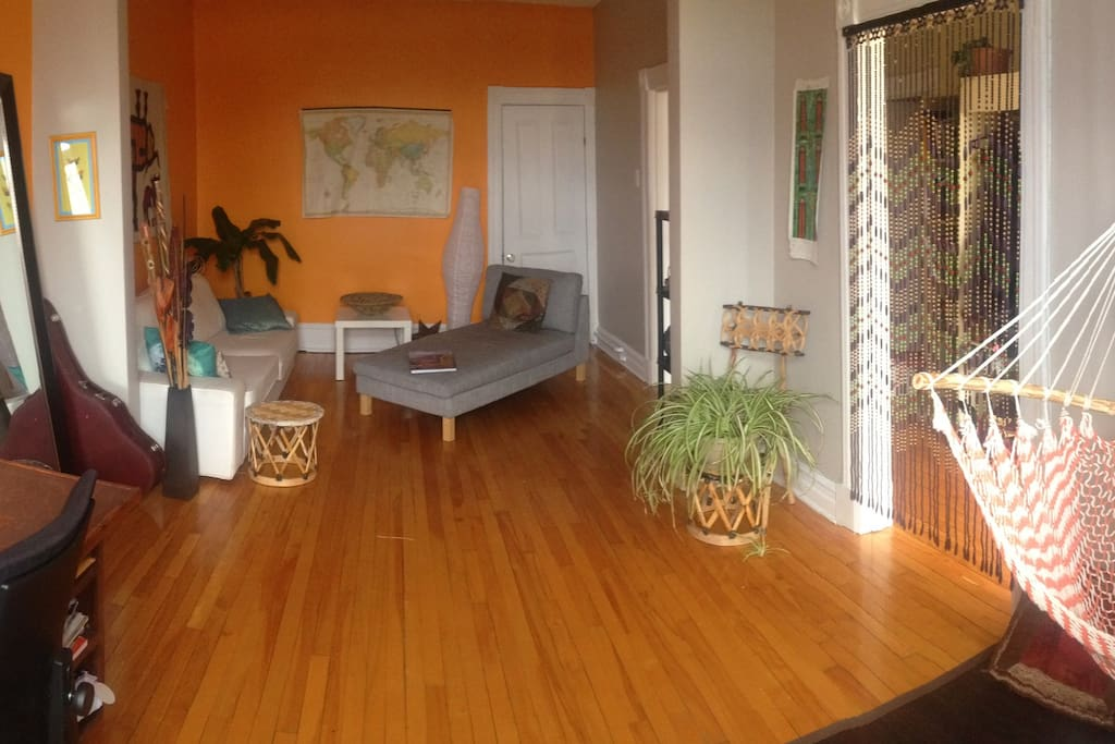 Salon - espace détente lumineux avec sofa, méridienne, hamac-chaise, espace zen pour méditer et même bureau de travail (maintenant).
