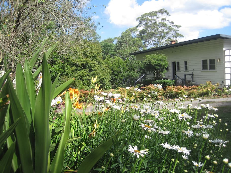 Peaceful 1950s cottage with lovely garden