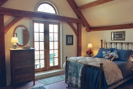 Private Suite in Mountainside Home - Wilmington