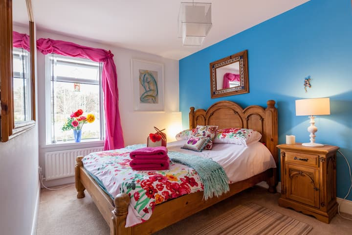 BEAUTIFUL HOME SLEEPS  4 . Over 705  great reviews