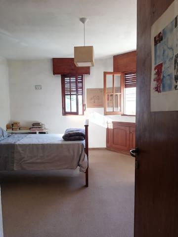 Habitación con baño privado en casa familiar