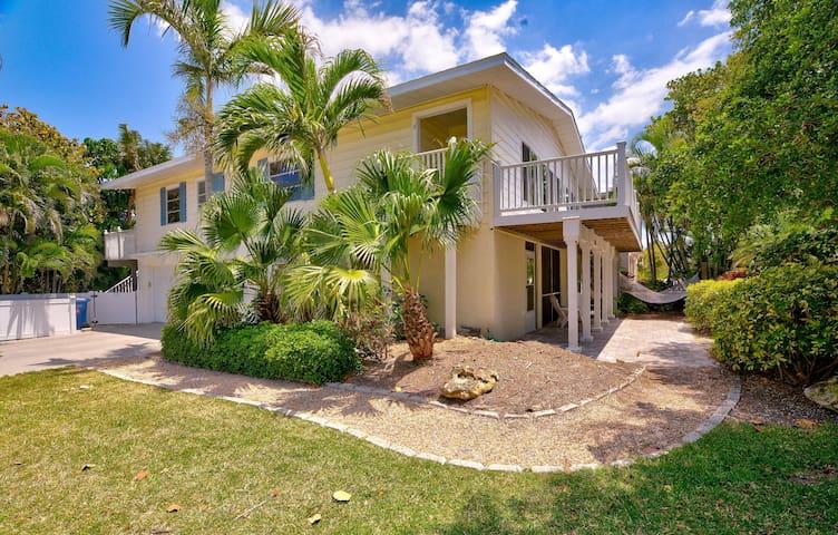 Villa w/room for 2 families ~ Same block as Beach!