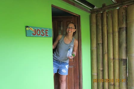 """JOSE"" Queen Bed, Kitchen, A/C WiFi"