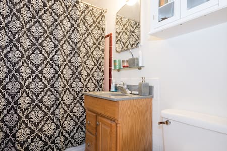 Charming apt in Queen Anne, close to Space Needle, Lake Union, with public transport connections to downtown, airport.  - Bus stops within walking distance - Bathroom w/shower, toilet, fully equipped kitchen -Comfortable bed - Wifi, cable